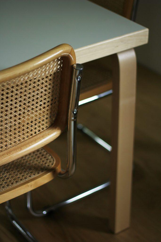 Artekin koivuinen Aalto-pöytä yhdistyy kauniisti pyökkisiin rottinkituoleihin.