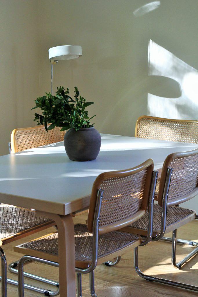 Tine K Homen saviruukku tuo minimalistiseen ruokailutilaan maskuliinisuutta.