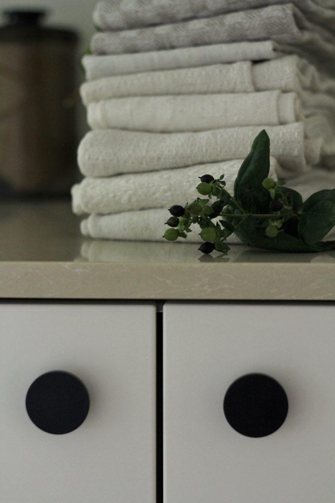 Pellavaiset pyyhkeet pehmentävät graafista keittiötä.