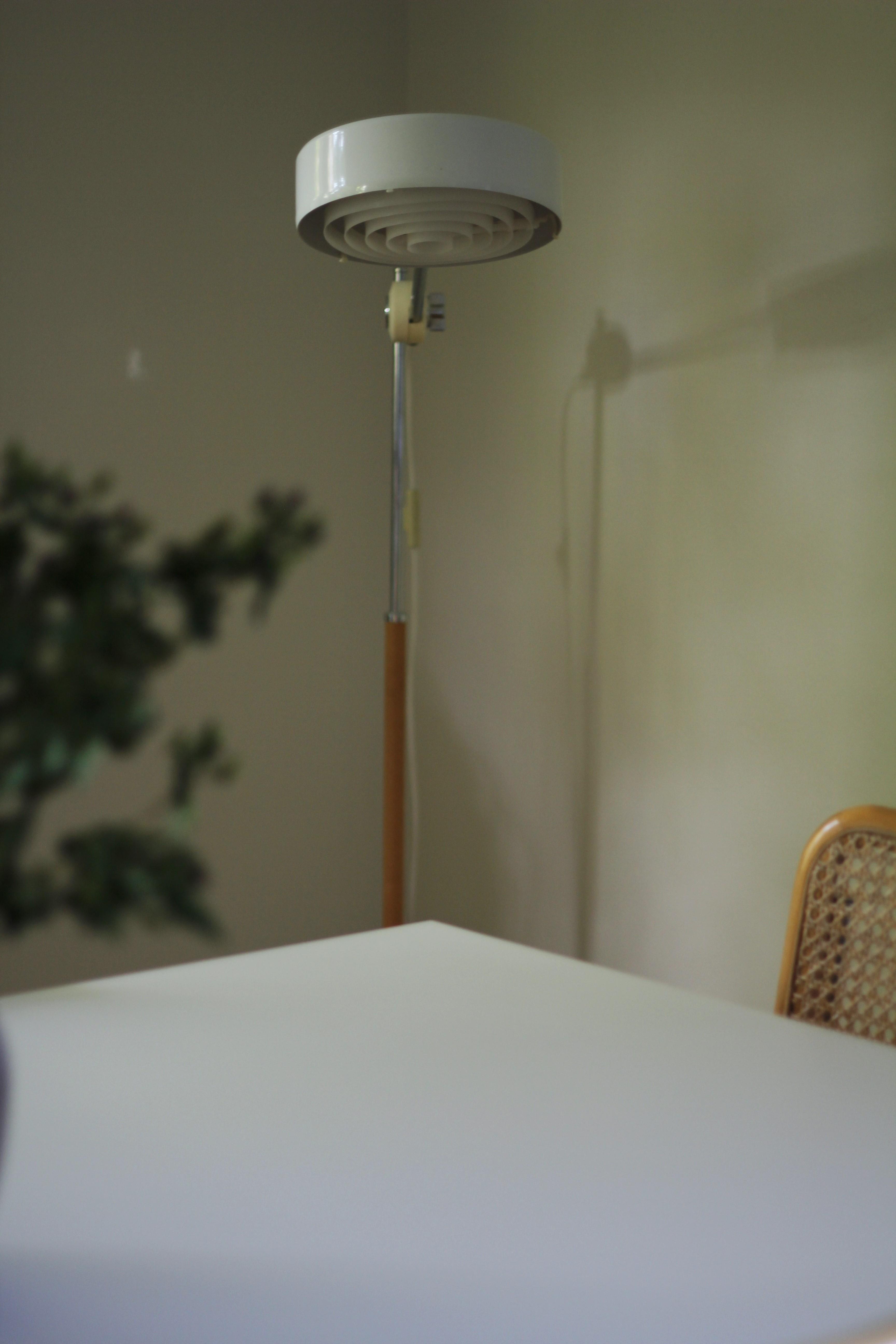 Simris toimii ruokailutilassa sekä tunnelma-, että työvalaisimena. Valo suodattuu kehikon läpi pehmeänä.