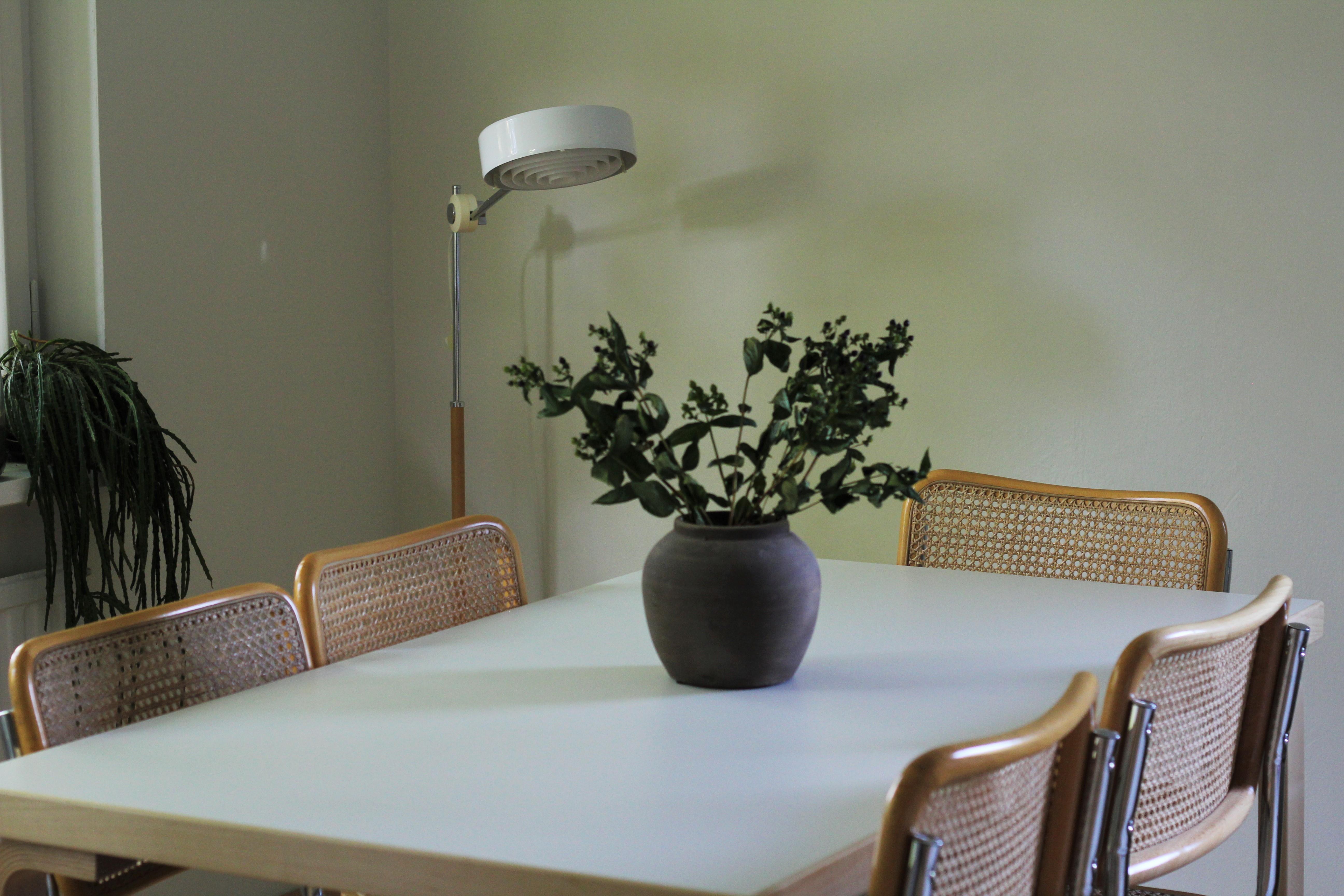 Simris on lähtöisin samalta aikakaudelta kuin asuntommekin. Kiiltävä valkoinen kupu erottuu kauniisti luonnonvalkoista seinää vasten.