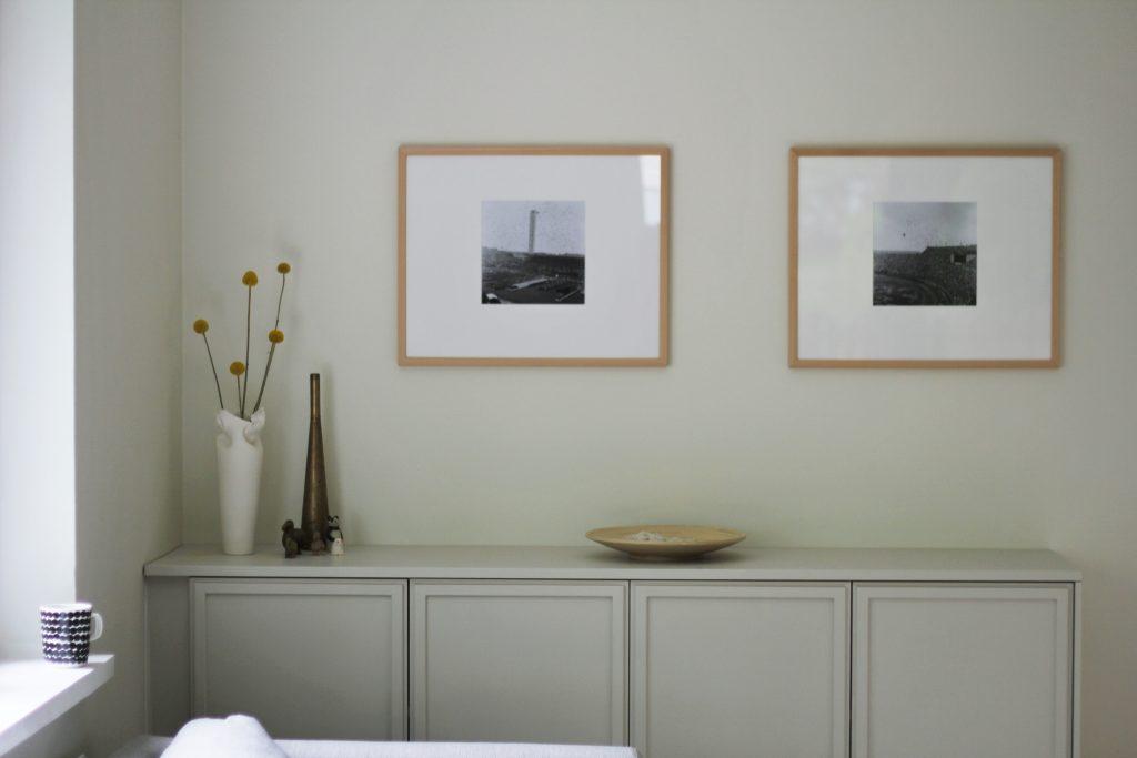 Taulut toistavat Ikean keittiökaapeista tuunatun kiinteän kaapiston suorakulmaista muotoa. Taulujen alle jää tilaa asetelmille.