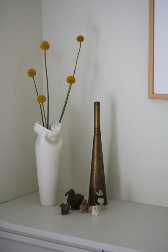 Rakastan sekä minimalistista sisustustyyliä, että pieniä koriste-eläimiäni. Kun koristeet kokoaa ryhmäksi, kokonaisuus säilyy rauhallisena.