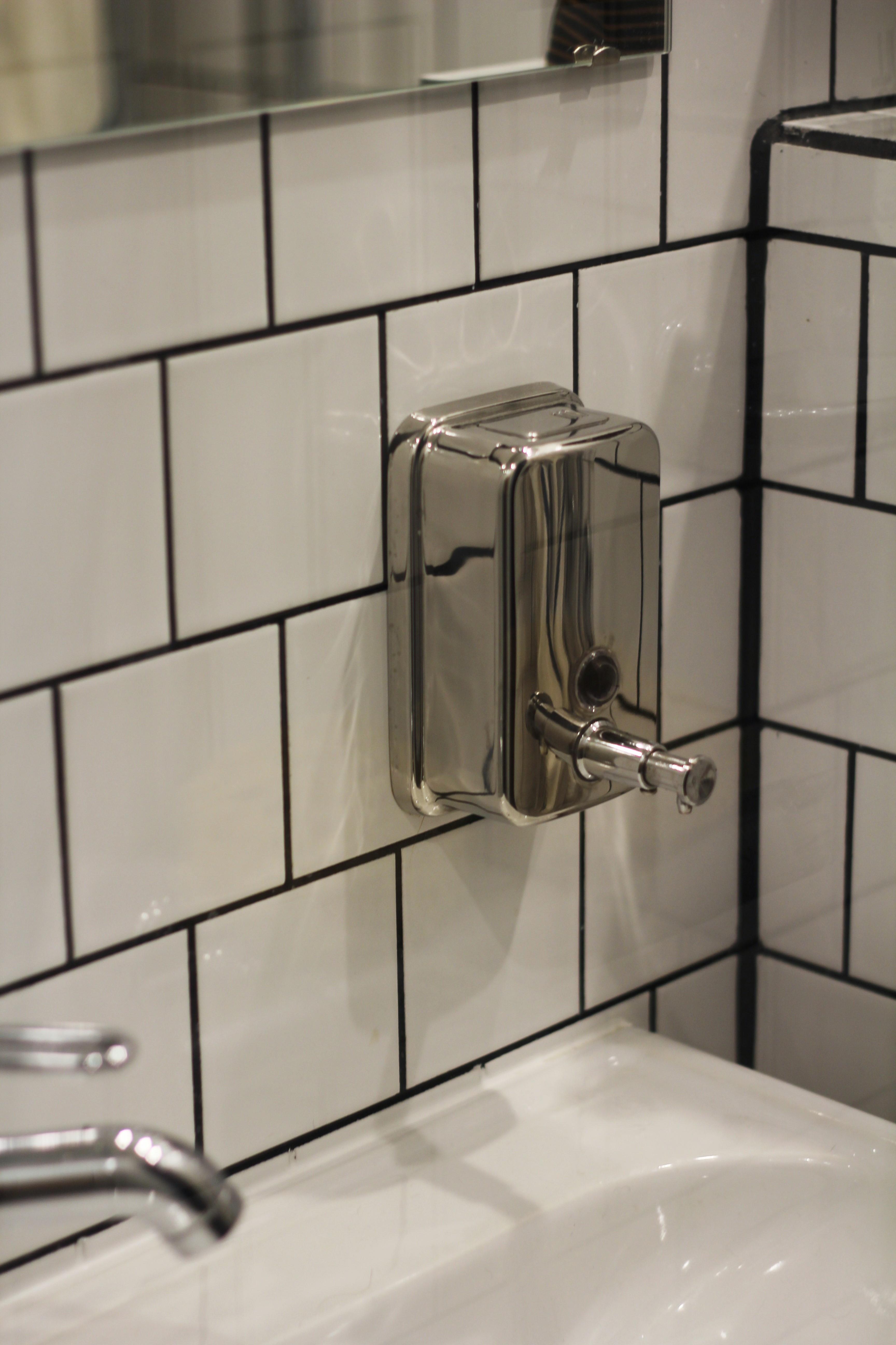Pienen lavuaarin laidalla ei ollut tilaa pumppupullolle, mutta Domus Classican seinäteline on tyylikäs vaihtoehto.