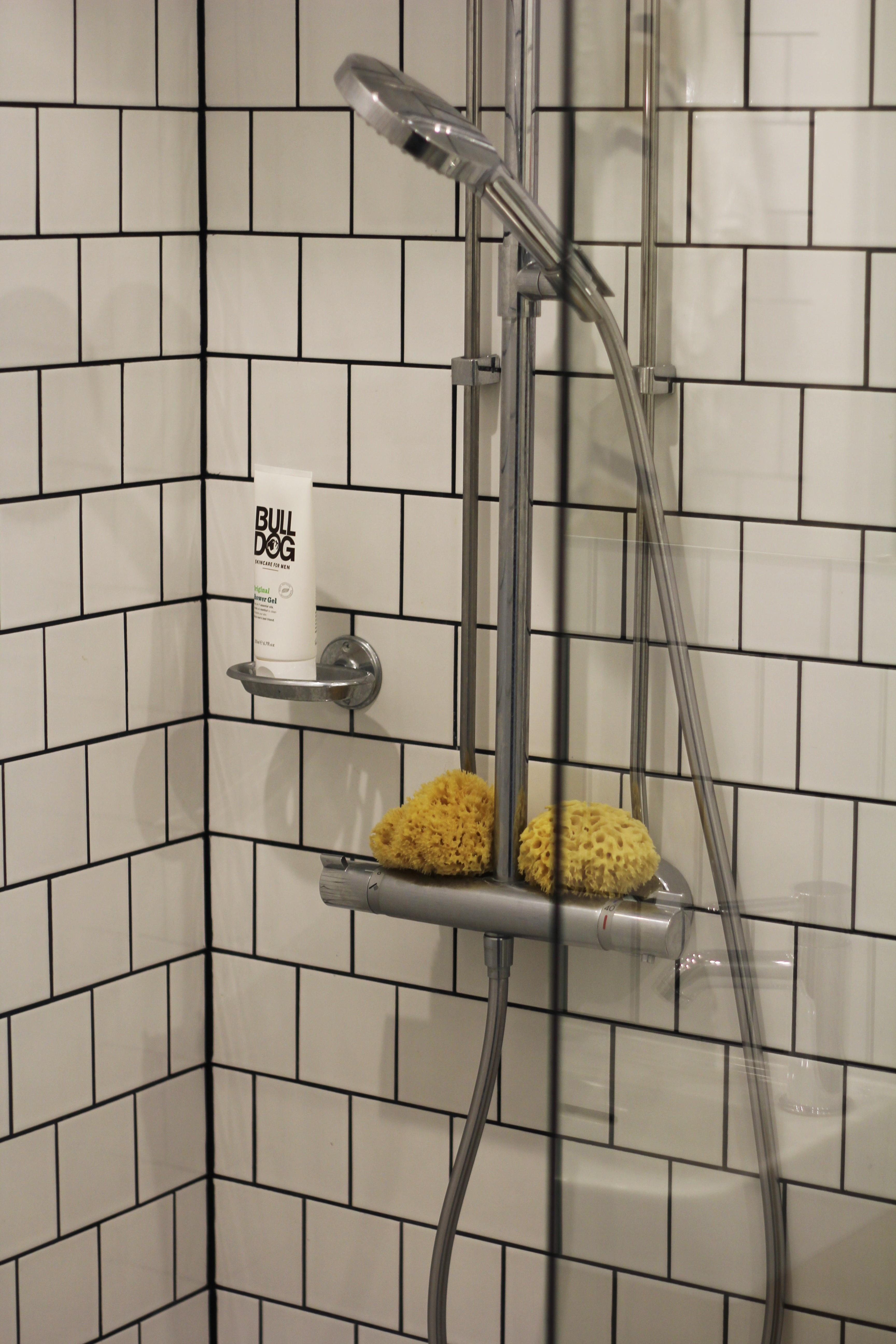 Suihkun puolella säilytetään vain joka päivä käytössä olevaa suihkusaippuaa ja pesusieniä. Sampoon voi napata mukaan allaskaapista hiustenpesupäivänä. Näin kylpyhuoneeseen ei synny purkkikaaosta.