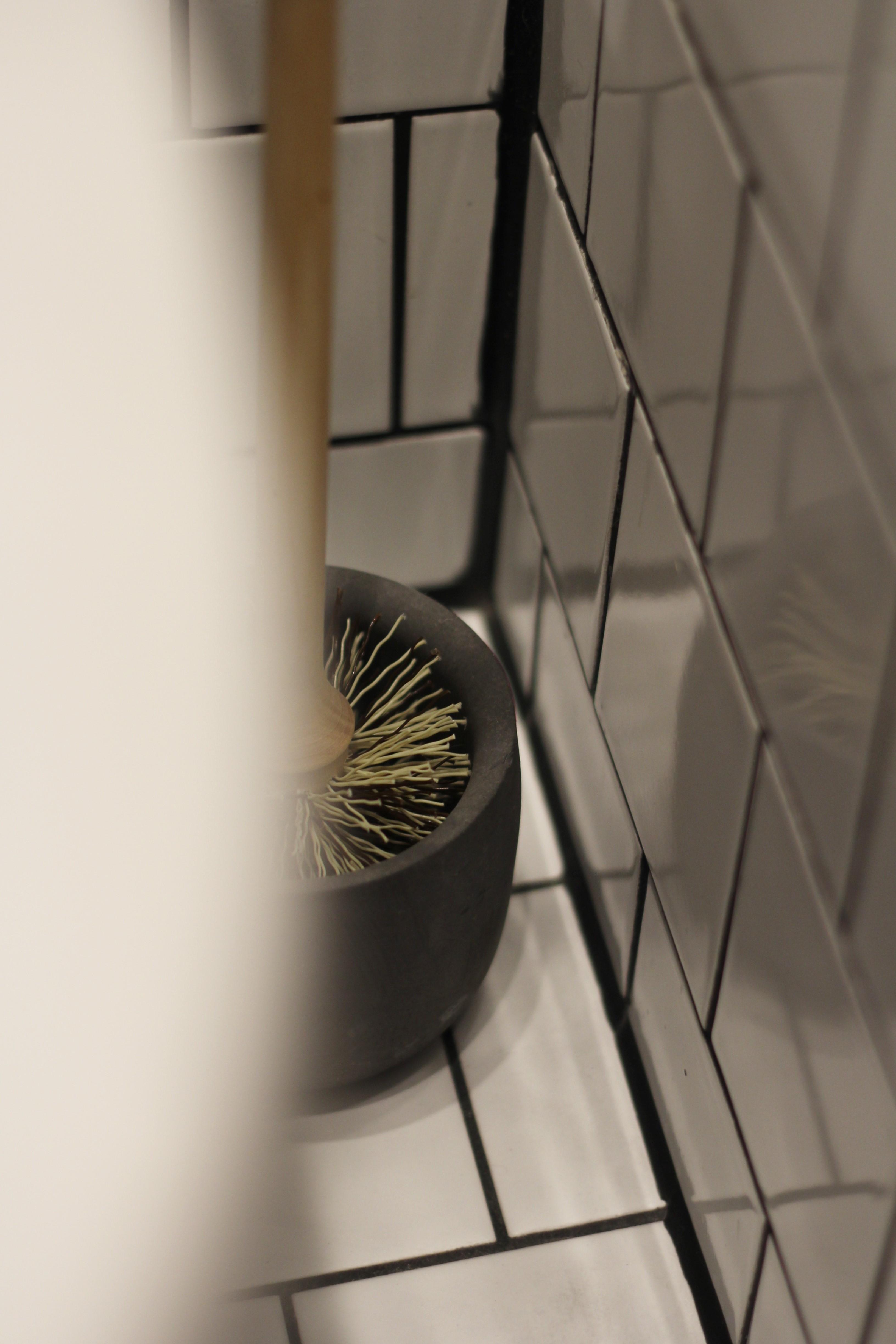 Iris Hantverkin WC-harja on ekologinen ja esteettinen valinta. Harjoja myydään erikseen, sama betonikuppi kestää ikuisuuden.