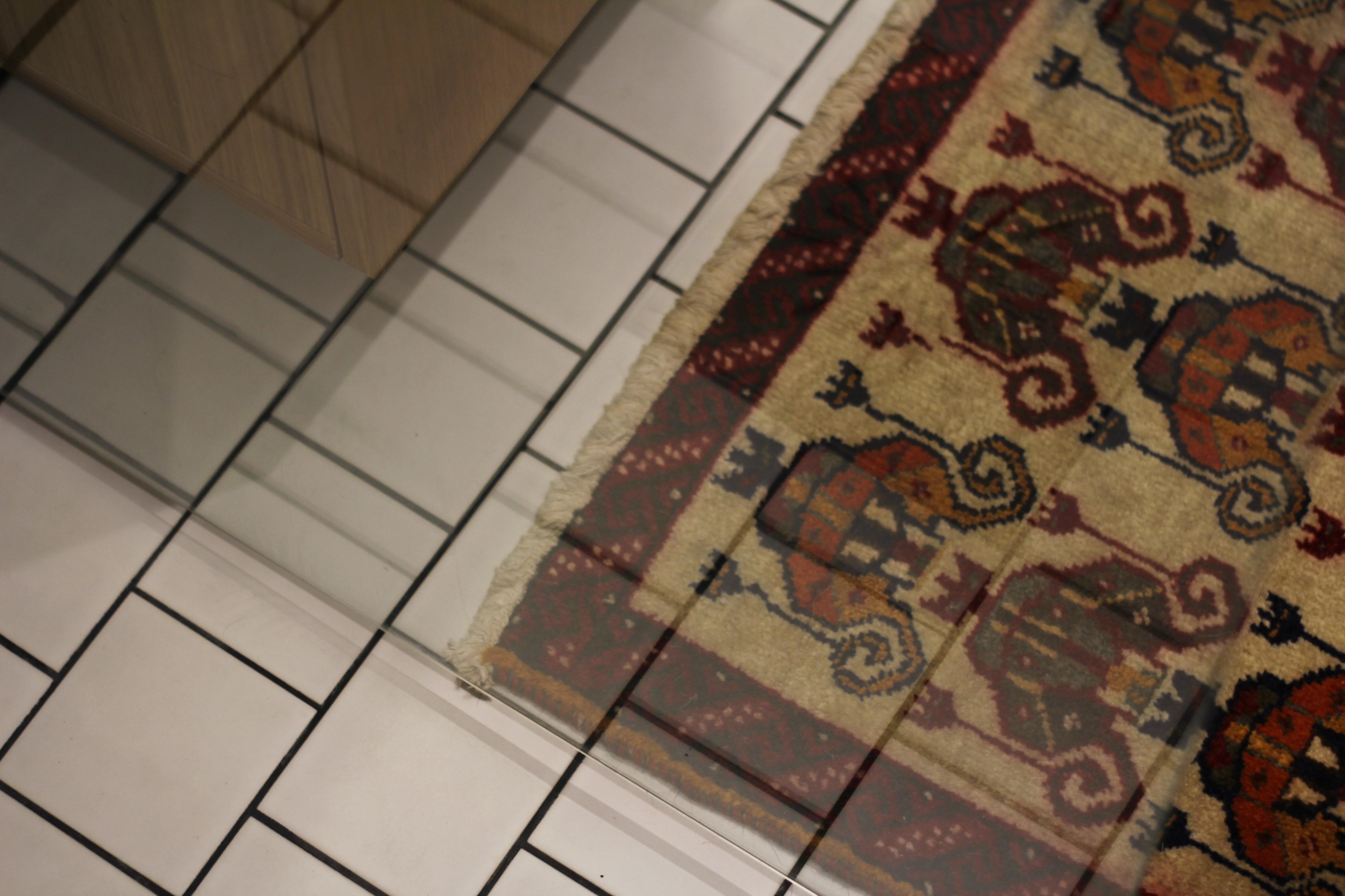 Kylpyhuoneen matoksi valitsimme pienen itämaisen villamaton Ikeasta. Villamatto tuo ylellistä tunnelmaa ja pehmentää kylpyhuoneen muuten graafista ja kovaakin ilmettä.