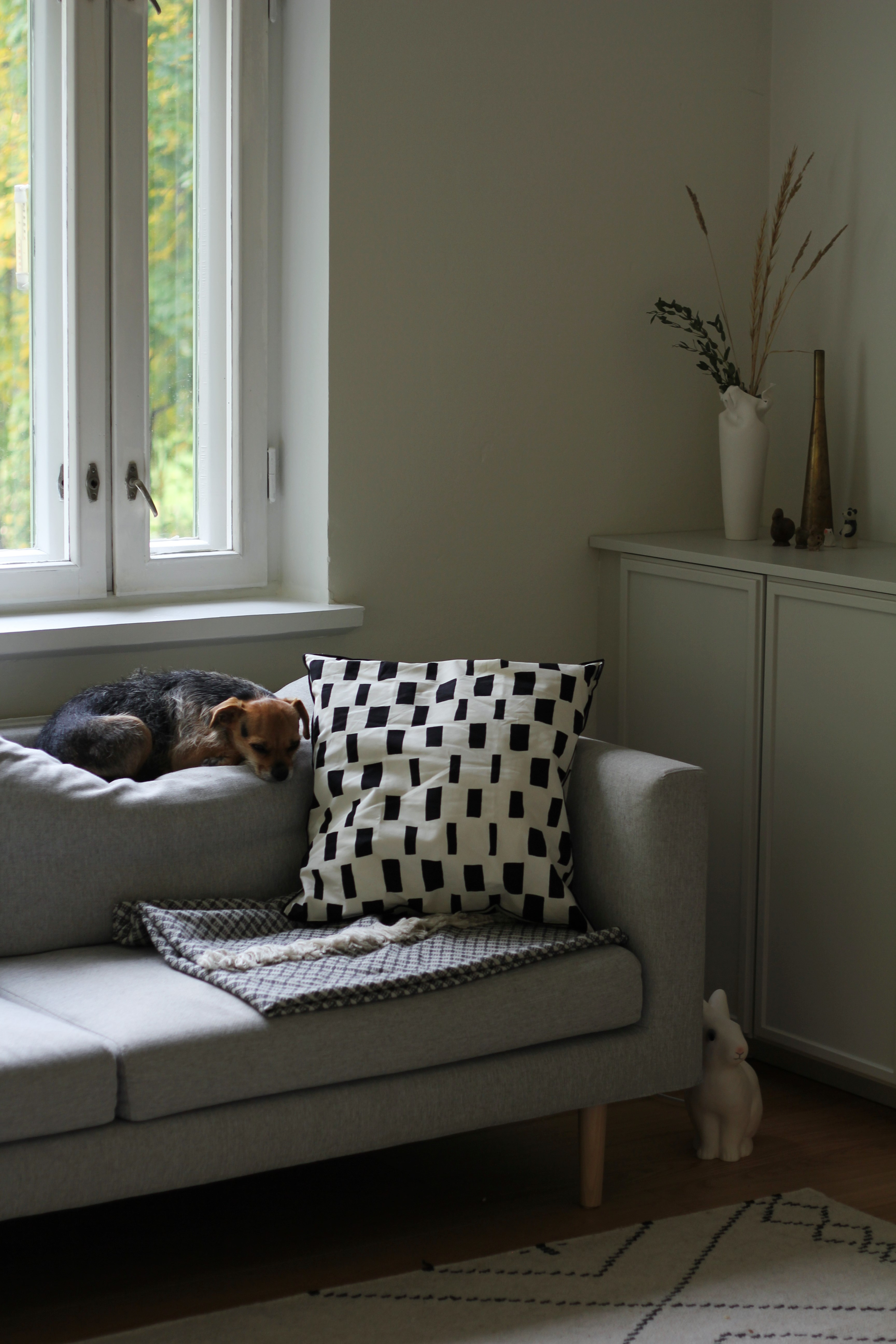Viltti sohvalla on ihanan karhea ja napakka Marimekon Kopeekka vuoden takaa. Matto ja sohva ovat myös kotimaisia: sohva Hakolan kolmenistuttava Cosy ja matto Mum`s Designin Koko Iäksi.