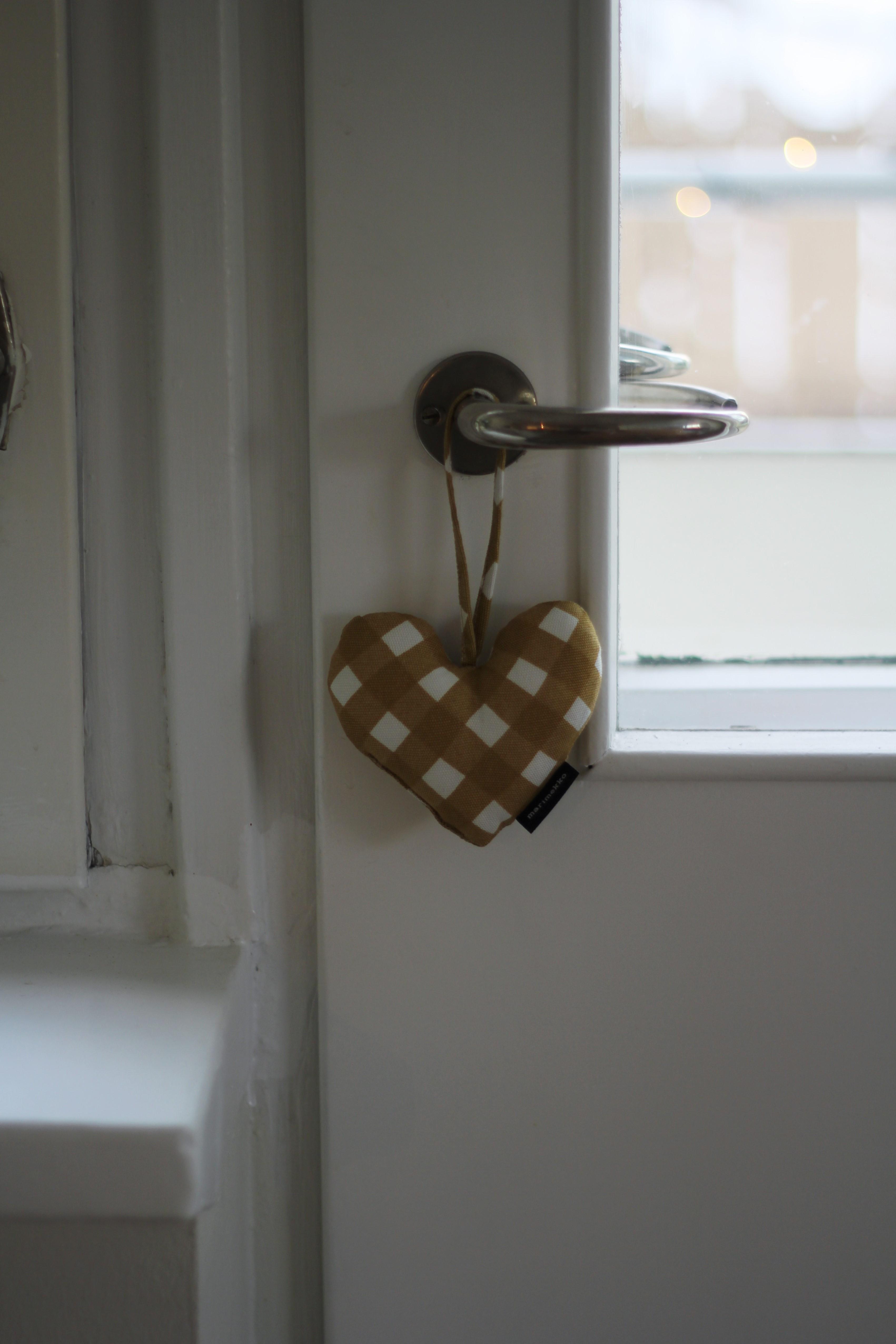 Joulun alla minimalistin kuori rakoilee ja esiin pyrkii ihminen, joka haluaa ripustella asioita ovenkahvoihin. Tämä Marimekon toppasydän on maailman suloisin.