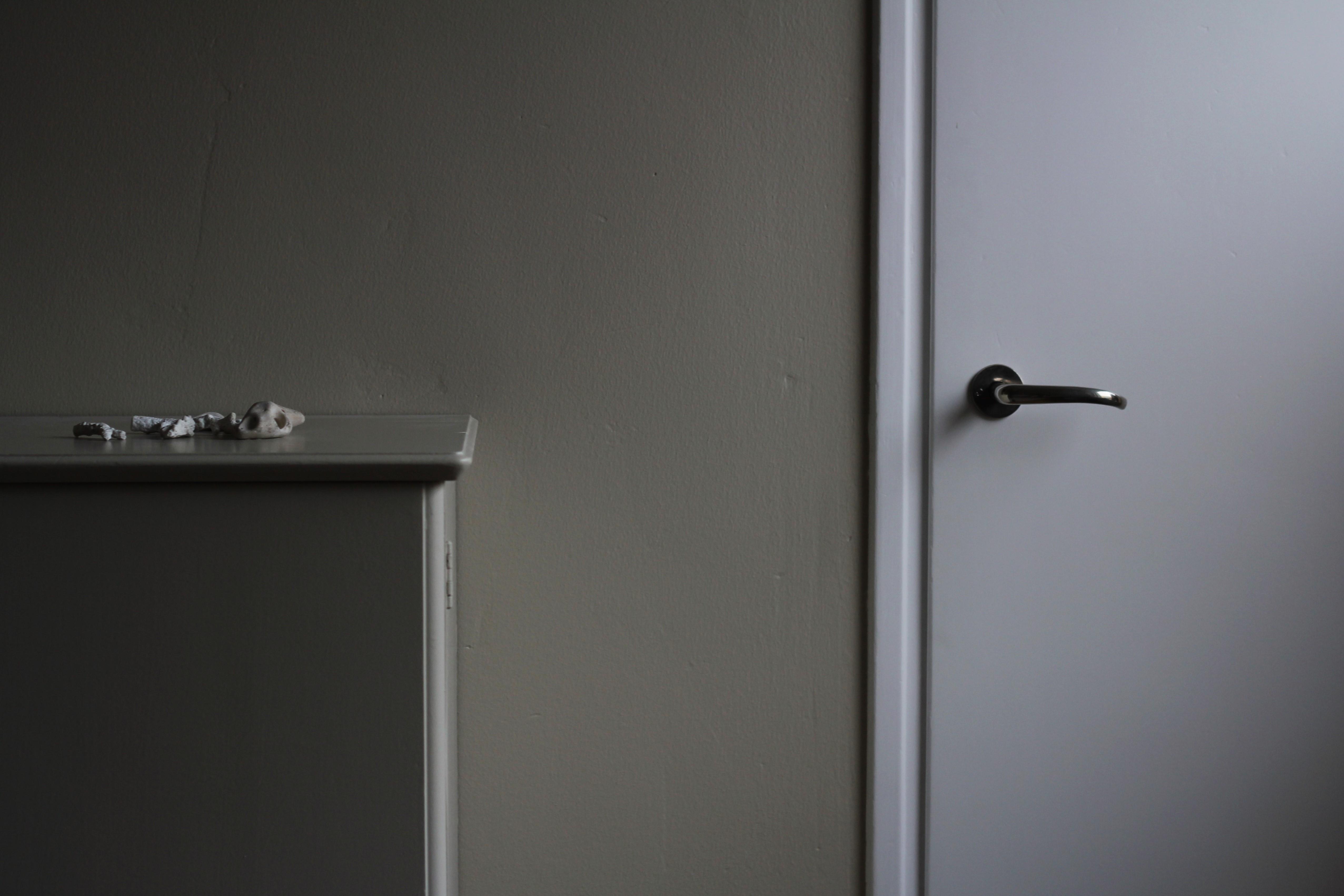 Lipasto ja seinä on maalattu samalla Tikkurilan X459 Uni-sävyllä. Tilaa raikastavat F497 Paperin väriset katto, ovet ja listat.