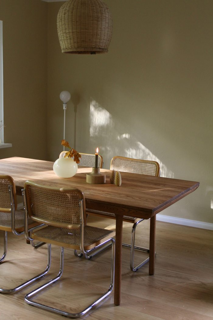 Kesän aikana maalasimme kotimme keittiötä lukuunottamatta lämpimillä ja pehmeillä sävyillä. Syksyn tullen olen huomannut, kuinka täydellisesti lämpimät värit todella toimivat keinovalossa! Tunkkaisen ja kellertävän sijaan meillä näyttää nyt iltaisin kodikkaalta ja rauhoittavalta.