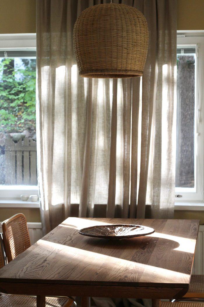 Verhot näyttävät yllättäen hyvältä myös boheemin epäsymmetrisesti aseteltuna. Keskellä ikkunaa kaistale toimii elementtinä pöydän päädyssä, ja vie juuri sopivasti huomiota epämiellyttävästä maisemasta.