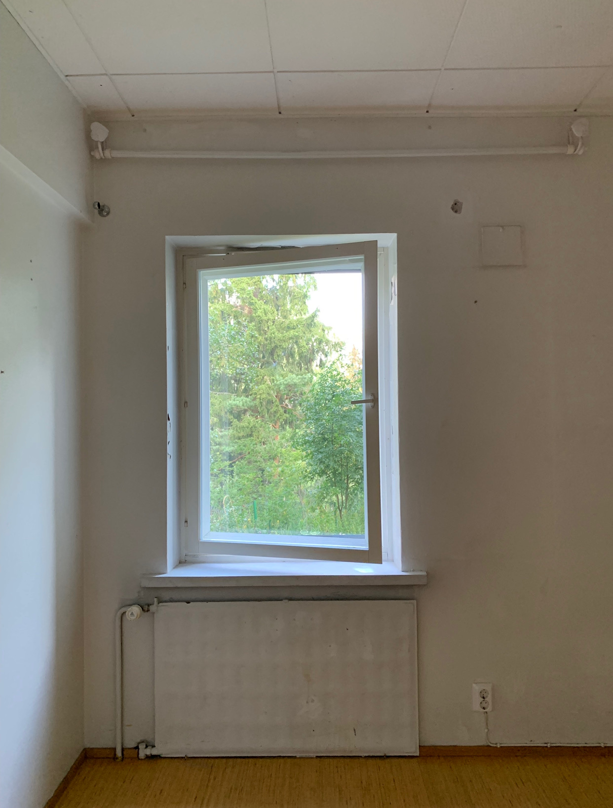 Makuuhuoneen ikkuna ennen remonttia