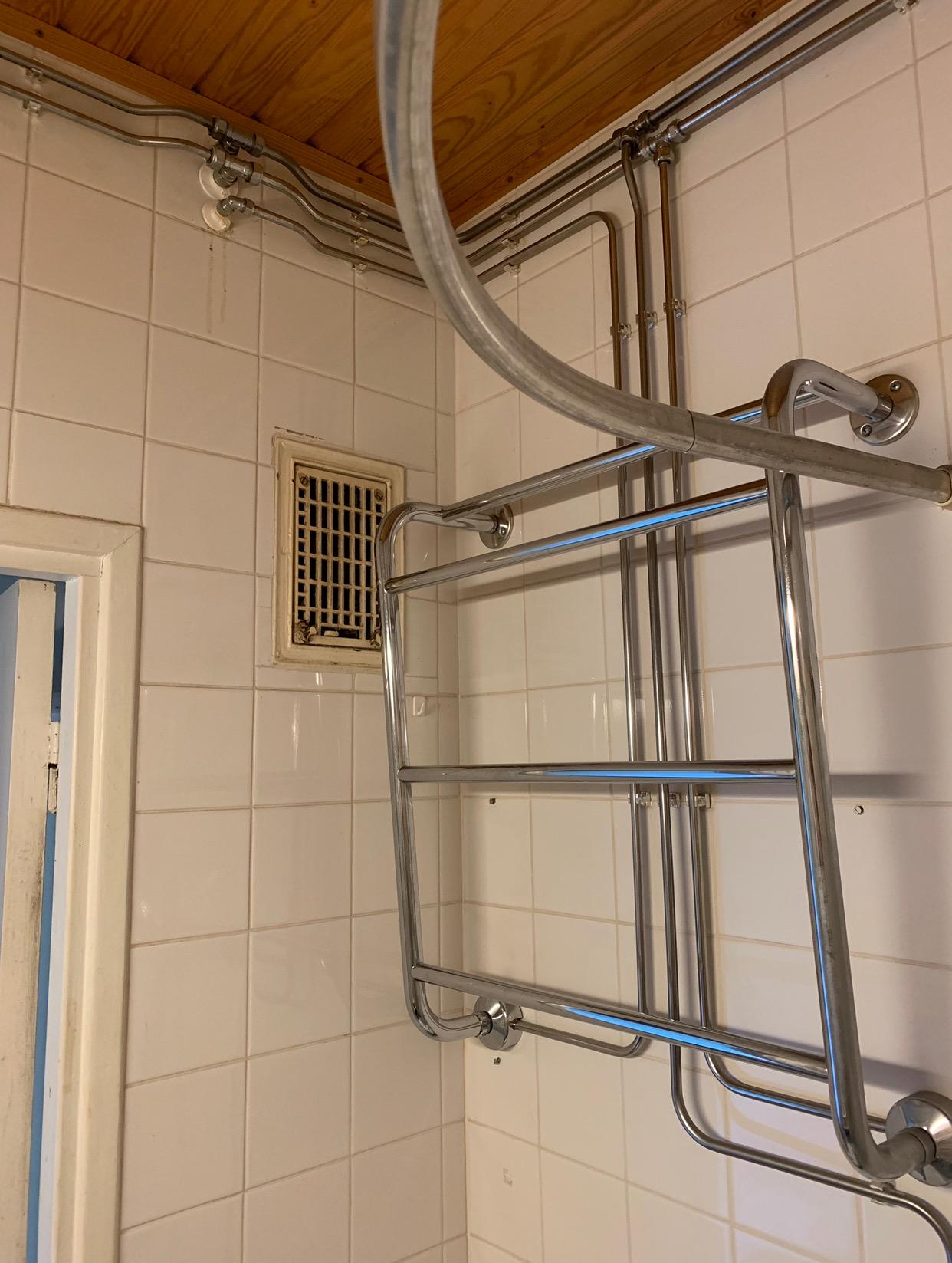 Kylpyhuoneen yksityiskohtia ennen remonttia