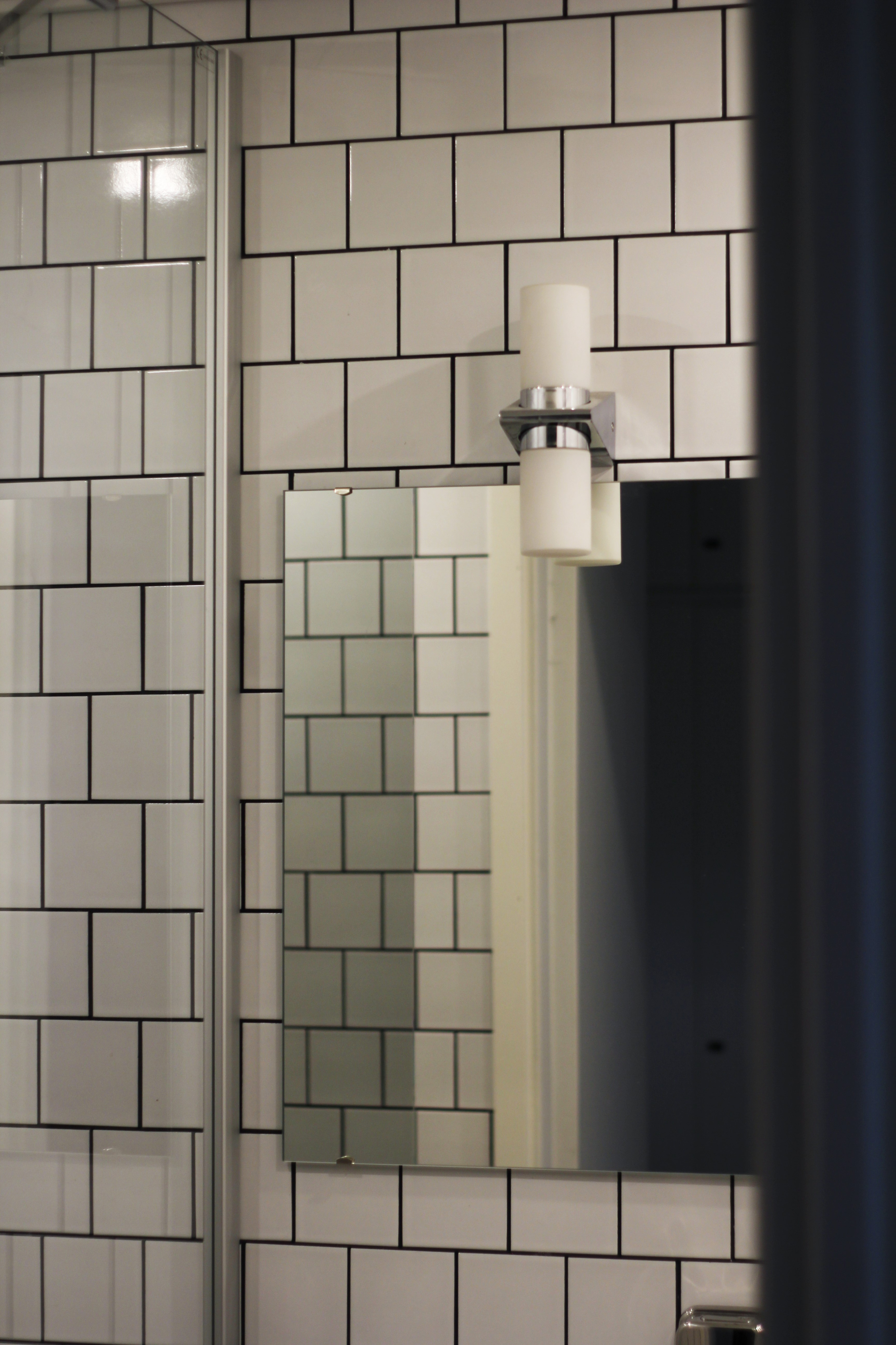 Peilikaapin sijasta valitsimme eleettömän kehyksettömän peilin, joka leikattiin mittojen mukaan Reijosen Lasipalvelussa. Valaisin peilin yllä on ruotsalaisen Anetan.